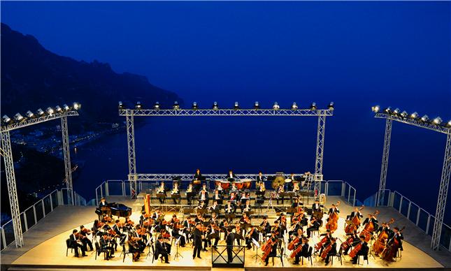 2011年杭州爱乐乐团举办欧洲巡演,图为乐团在意大利海滩边参加拉韦洛音乐节_副本.jpg