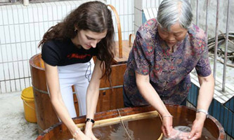 Internationals try hands at folk culture in Hangzhou town
