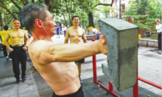 Train untamed: How these Hangzhou seniors 'hang' out