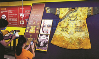 Qing Dynasty royal fashion restored and exhibited