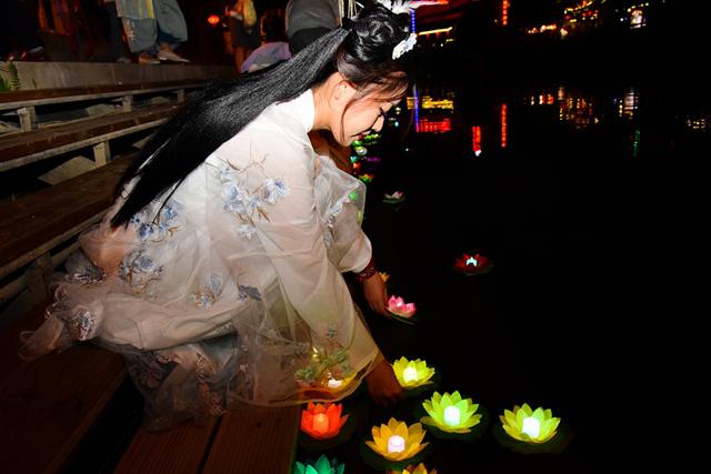 Lantern-themed event kicks off at scenic spot in Hangzhou